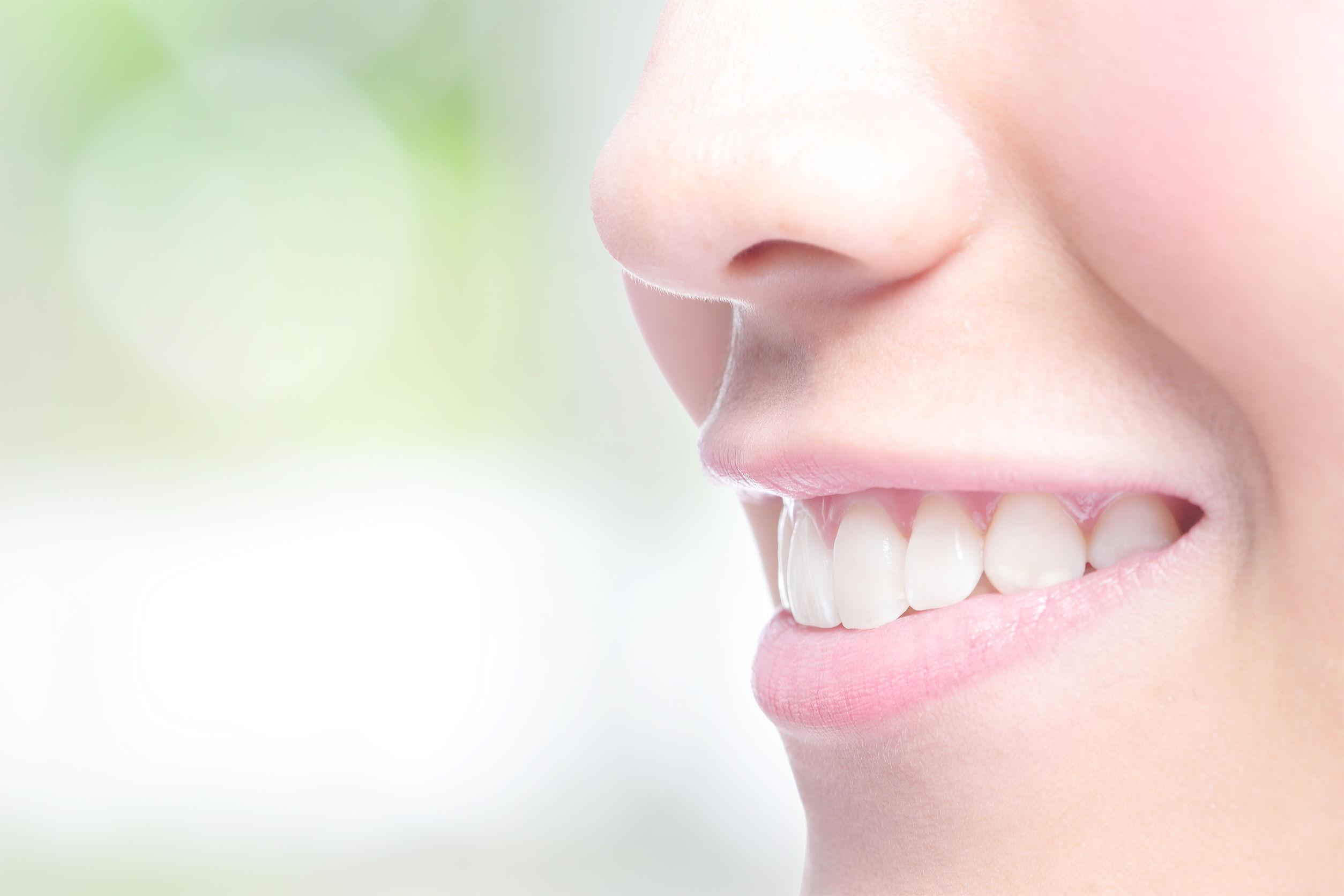 白い歯で素敵な笑顔が際立ちます
